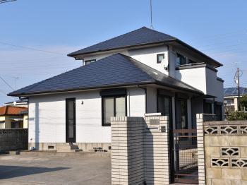 脆弱部の補修、割れや釘調整などを処理し外壁、屋根、付帯部分の塗替えをしました。