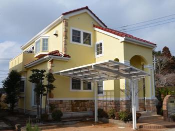 屋根に発生していた色褪せや藻が汚れに強い塗料で鮮やかな色に仕上がりました。