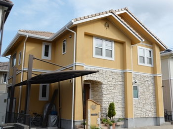外壁塗装は、建物を汚れから守るメリットがあります。外壁の老化要因である紫外線からもおうちをまもります。