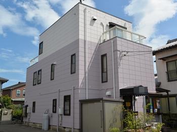 外壁は無機の塗膜により汚染物質を寄せ付けず、雨水で汚れを落とす特性を持ちます。