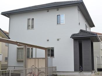 外壁は、環境に優しい水性、低臭タイプを使用し、ご近所様も気にならない塗装工事ができました。