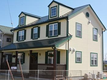 屋根は光沢がよく、長期に渡り色艶を維持します。外壁は環境に優しい、水性、低臭タイプです。