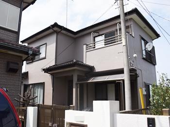 外壁は高級感のある仕上がりで、大人っぽく落ち着いた印象です。屋根の色ともよく合っています。