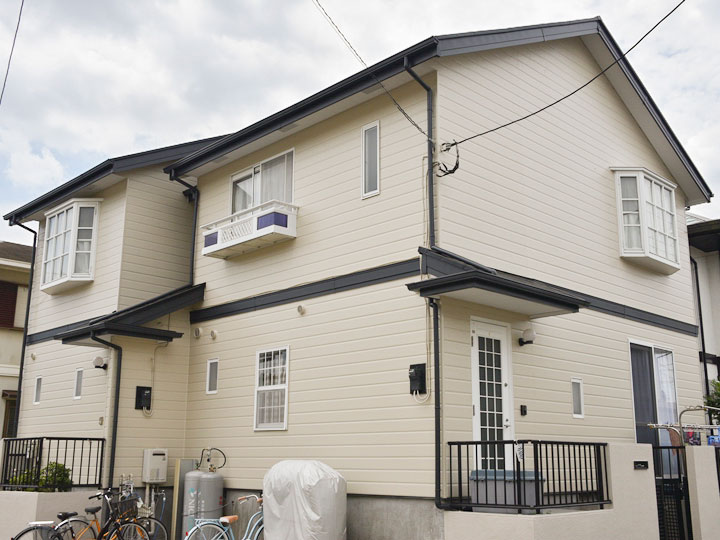 屋根は刺激臭も少なく環境に優しい塗料です。カビや汚れの付着を抑え美観を保ちます。