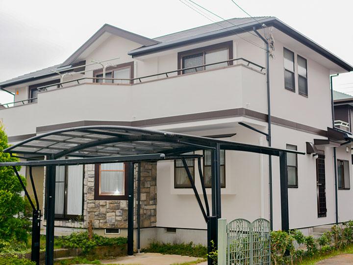 屋根はクリヤー仕上げのため、塗り上がりの艶感がアップし、劣化による艶ムラが低減されます。塗膜をクリヤー層で保護することで耐候性が長く保たれます。