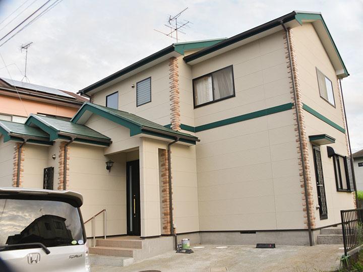 屋根と付帯部分をグリーン系で塗装しアクセントをつけ、お洒落に生まれ変わりました。