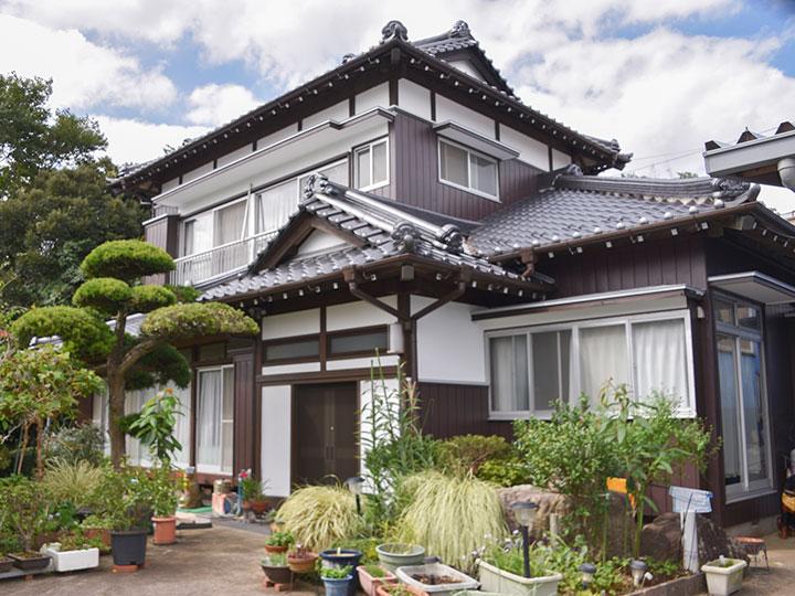 外壁は色あせしにくく、ひび割れを軽減して空気中のホコリや排気ガスなどによる雨筋汚れを防ぎます。