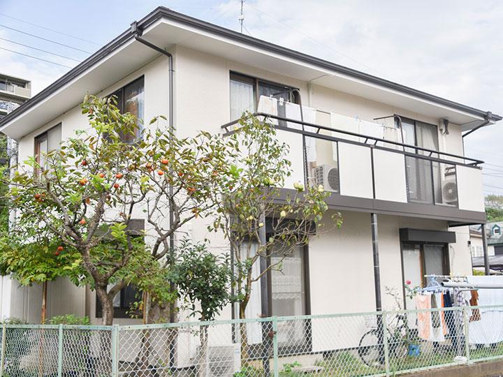 柔らかな外壁の色と、ブラウン系の付帯部分がマッチし、温かみのある素敵なお家になりました。