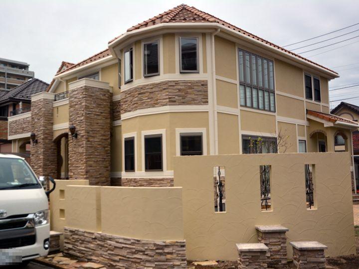 外壁は落ち着いたしっくい調の仕上りで、吸水防止性と撥水性でかびや汚れの付着を抑え、長期にわたり美観を維持します。