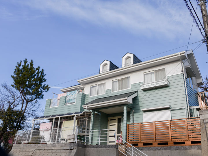 屋根に使われてる塗料は、異常気象など自然現象を直接影響を受ける過酷な場所を、塗膜により屋外環境からの攻撃を大幅に軽減させる事が出来、コストパフォーマンスにも優れた塗料になります。