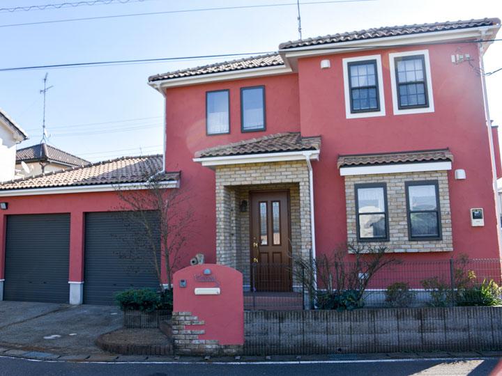 外壁の色を薄いオレンジ色から赤みのあるブラウン系のお色に変更しました。暖かみのある可愛らしい仕上がりになりました。