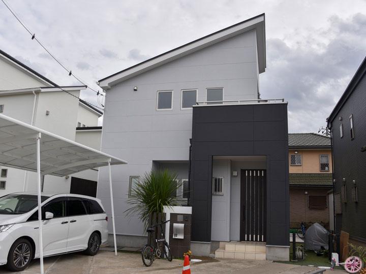 外壁は、光沢のある立体的な塗膜で高級感と重厚感がある仕上がりになります。耐候性に優れており色ムラが発生しにくいため、デザイン性がブレないことが大きな特徴です。