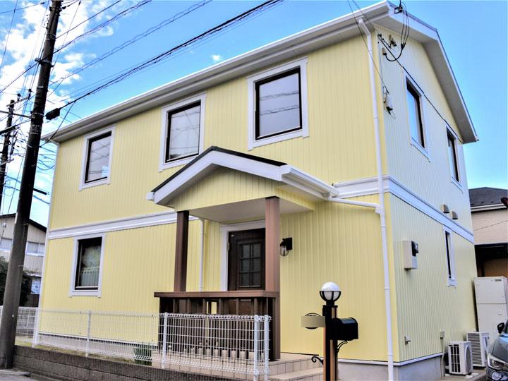 外壁は紫外線や雨・風・塩害に強く塗膜の劣化を防ぎ非常に高い耐候性を維持します。親水性も高く雨水で汚れを流し落とすため、雨筋汚れが付きにくくなっています。
