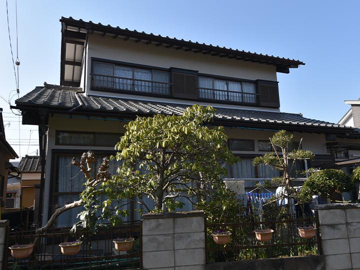 外壁は太陽光線や熱など紫外線による塗膜の劣化を防ぎ、長期にわたり高耐候性を維持します。カビや藻の付着を防ぐ超邸汚染の塗料で素敵に仕上がりました。