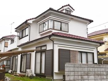お家がぱっと明るくなり、美しい仕上がりになりました。柔軟性に優れた塗膜によりシーリング上に施工した場合のひび割れリスクを軽減してくれる塗料を使用しました。