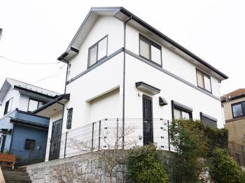 外壁は5回塗り、屋根は4回塗りを行いました。黒ずんでいたお家がお城のように明るくなりました。