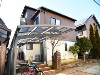 長期間退色を仰止し、高耐候性を発揮する屋根塗料。チタン系黒色遮熱顔料により近赤外線領域の波長を反射します。