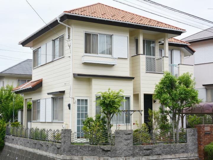 外壁の塗料【セラMシリコンⅢ】は、優れた耐候性と低汚染性を発揮し、長期にわたり建物を保護します。