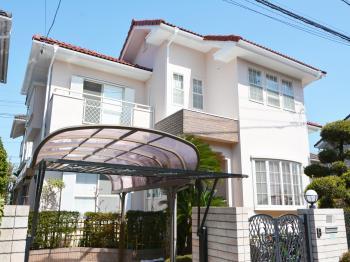 仕様した弱溶剤2液型シリコンの屋根塗料は、高い耐久性と耐候性を発揮します。