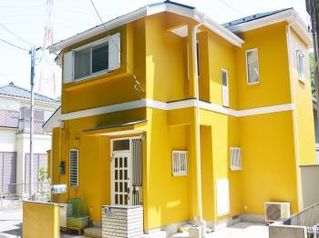 耐候性、汚染性、透湿性を併せ持つ外壁塗料。紫外線などの劣化要因に強いため、仕上がりを永く守ります。