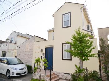 艶消しで、全体的に落ち着いた色でお家を仕上げました。環境に優しい水性・低臭タイプで外壁塗装工事、完了です!